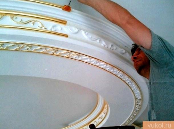 Как красить потолочный плинтус