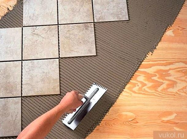 Как положить плитку на древесный пол своими руками