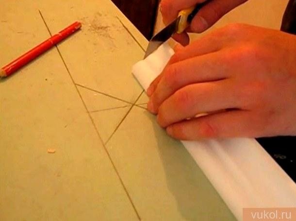 обрезать потолочный плинтус