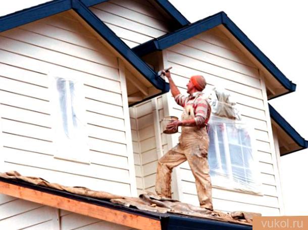 выкрасить древесный дом