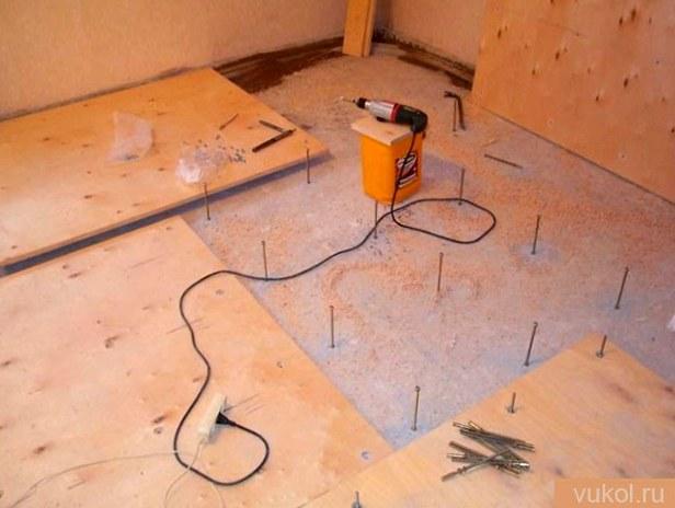 Как выровнять древесный пол доской