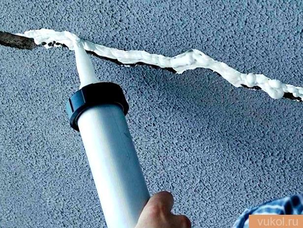 заделать трещинку на потолке