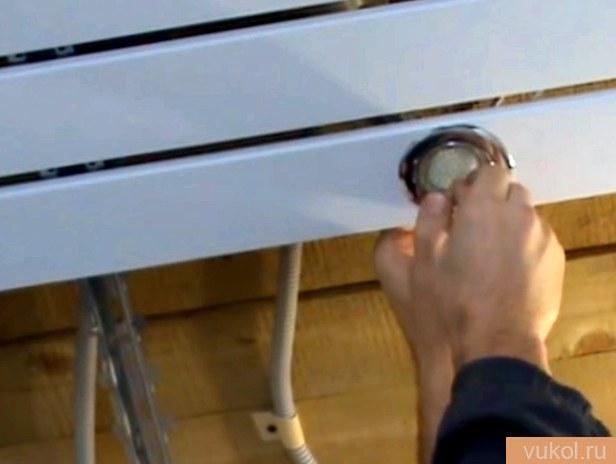 Установка навесного дюралевого потолка
