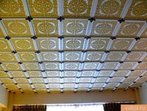 Установка потолочных панелей из пенопласта