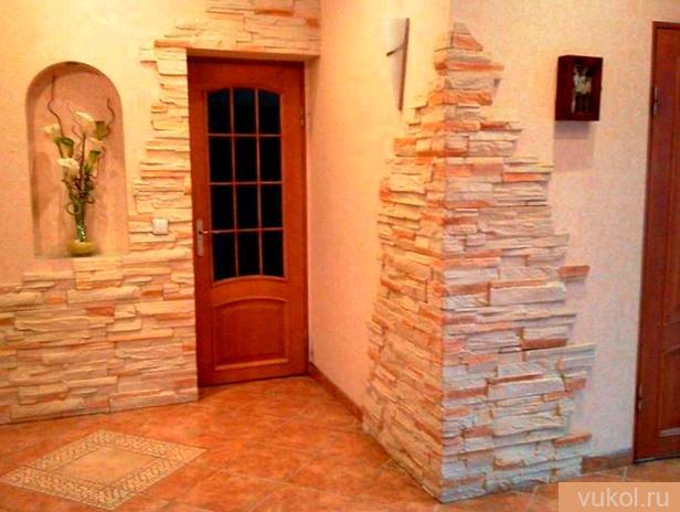 Отделка стенок в прихожей камнем