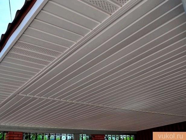 Подшивка потолка сайдингом