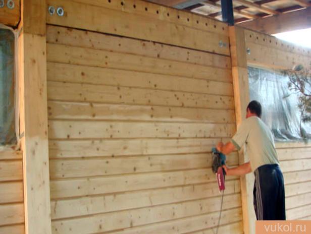 Покраска древесных стенок