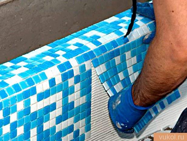 Укладываем мозаичную плитку на сетку