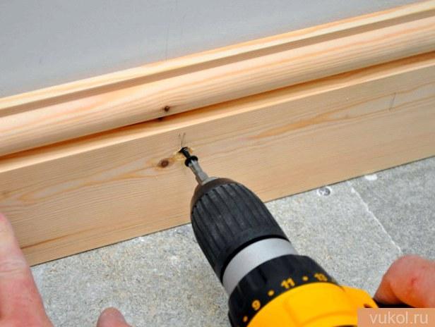 Установка древесных плинтусов