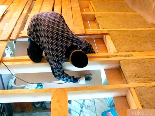 Устройство древесного потолка