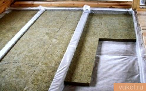 Гидроизоляция и теплоизоляция деревянного пола по лагам