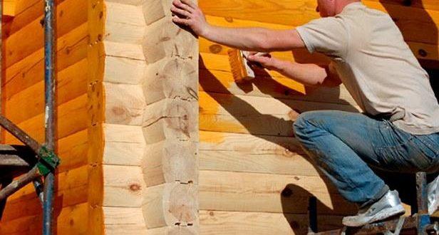 Покраска стенок древесного дома без помощи других